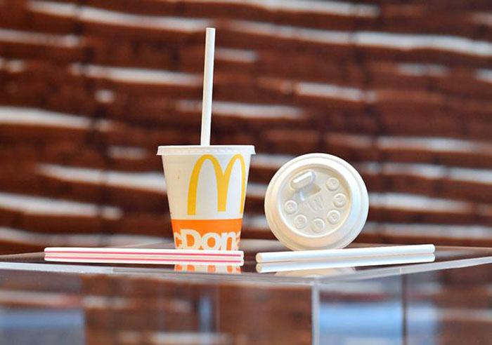 Бывший сотрудник McDonald's поделился секретами профессии, в том числе рассказал, почему соломинки для напитков такие толстые