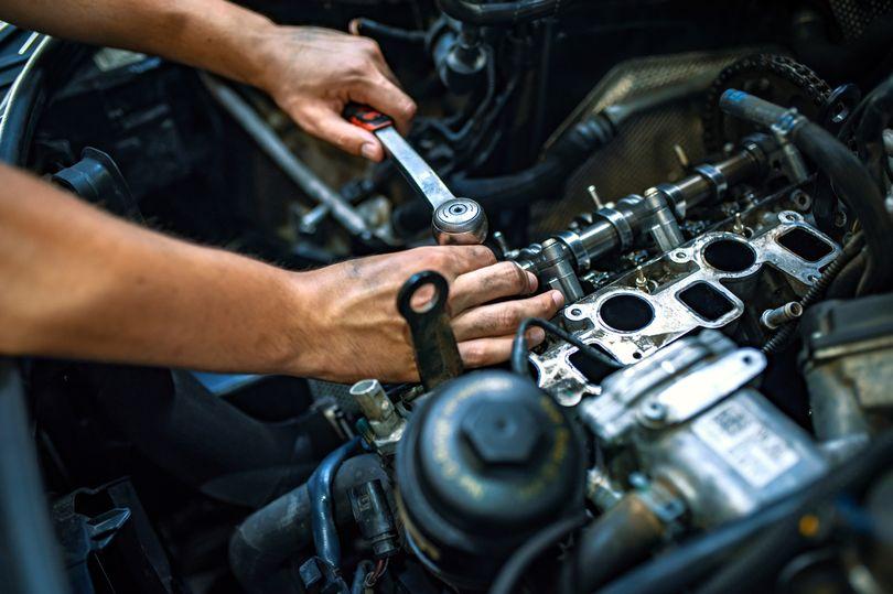Механик, ремонтирующий машину клиента, обнаружил записку на панели авто и выставил ее в Сеть