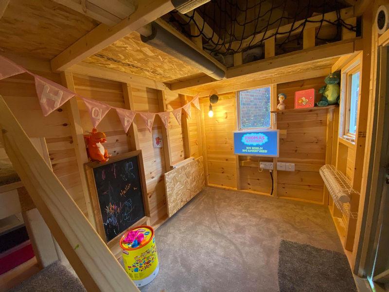 С отоплением и электричеством: папа построил для 2-летней дочки игровой домик по урокам с YouTube