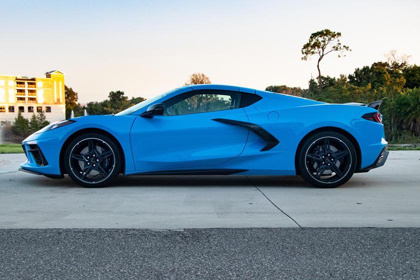Без спойлера, крышки и освещаемых порогов: модели Corvette 2021 года теряют еще один крутой аксессуар