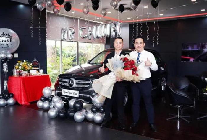 Менеджер посоветовал покупателю приобрести именно Mercedes, спустя пять лет клиент подарил мужчине такой же автомобиль