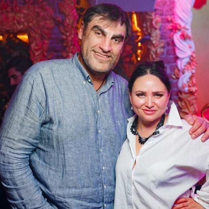 Алексей Дмитриев много лет счастлив в браке. С красавицей-женой Ириной он вместе еще со студенческой скамьи (новые фото)
