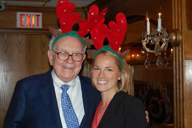 Родственники Уоррена Баффета на Рождество получают одни и те же подарки: платья, открытки и 10 000 $ наличными