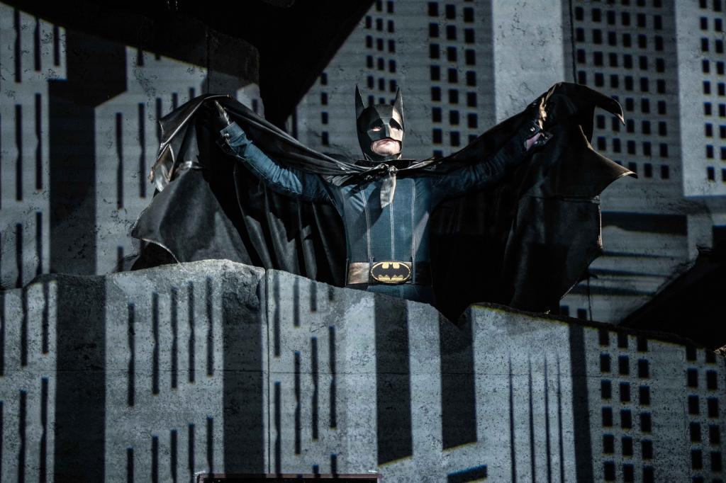 Советский Бэтмен и Ольга Лапшина в роли Брежнева: ни на что не похожий спектакль в Театре на Малой Бронной (информация и фото)