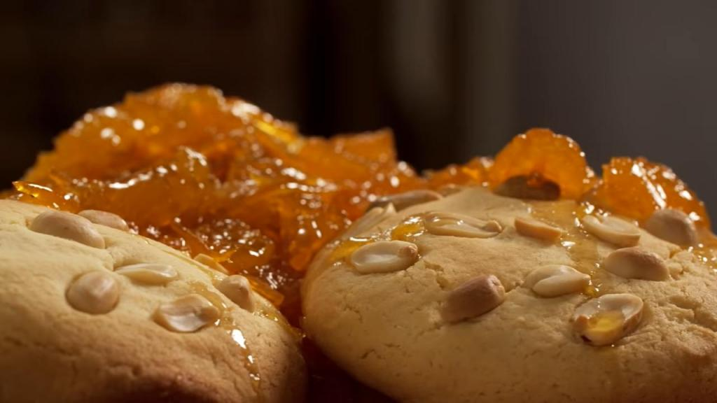 Идея для рождественской выпечки – печенье с арахисом. Подавать нужно вместе с апельсиновым конфитюром