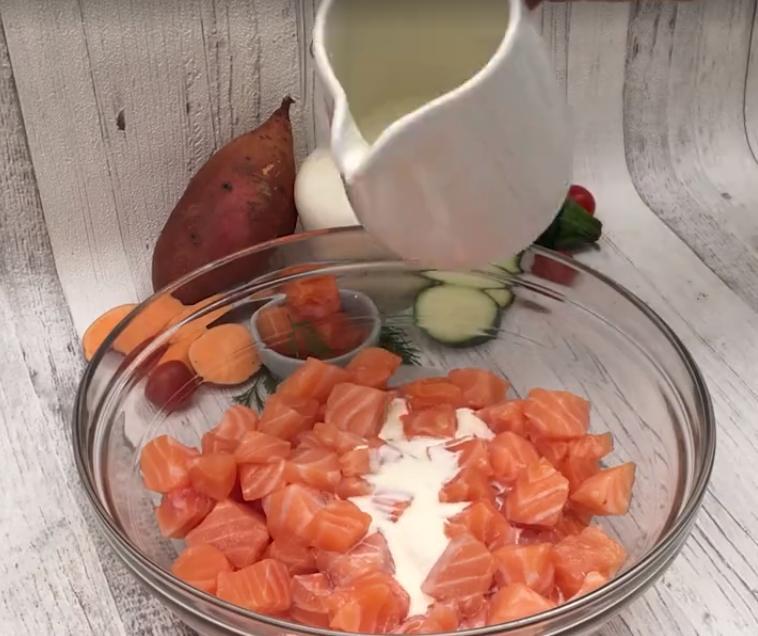 Вкусно – не всегда калорийно: на новогодний стол поставлю легкую запеканку из лосося, кабачков и сладкого картофеля. Выглядит празднично, а на вкус – просто объедение