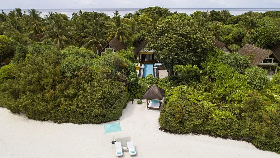 Где провести новогодние выходные на Мальдивах: заняться серфингом, поплавать с мантами и взять уроки йоги (Сэди Уайтлокс рассказала об отдыхе в Four Seasons Landaa Giraavaru)