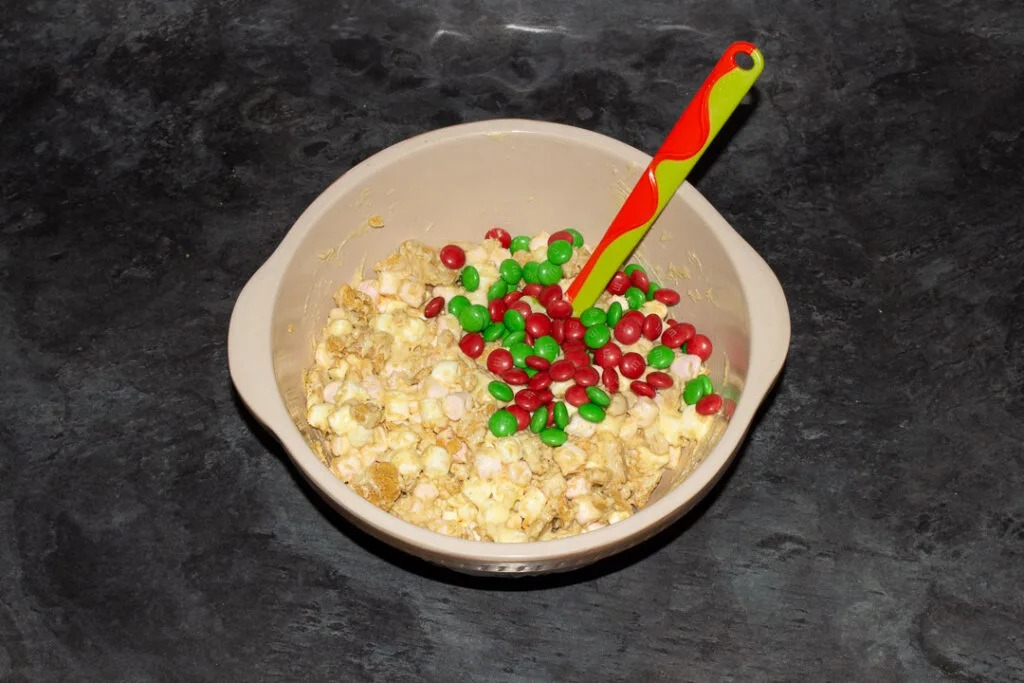Смешала M&M's, печенье, шоколад, зефир и убрала в холодильник: новогоднее лакомство на радость всей детворе