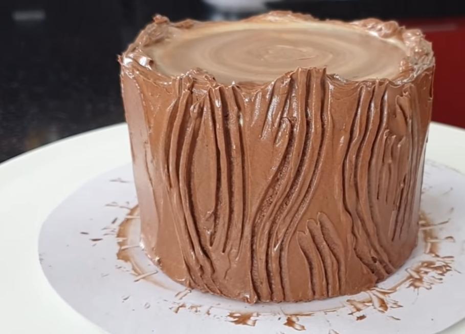 Шоколадно-сливочный торт в виде рулета. Праздничный десерт поможет создать новогоднее настроение
