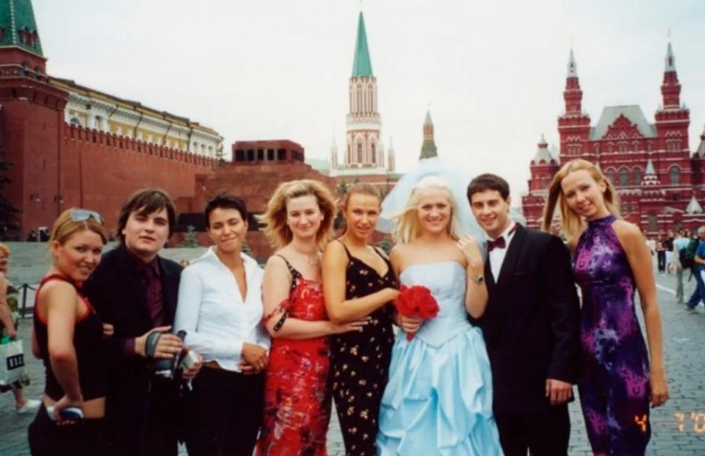 Антон и Виктория Макарские - одна из самых красивых и крепких пар нашего шоу-бизнеса. А как они выглядели в день своей свадьбы, на которую потратили всего 900 рублей (фото)