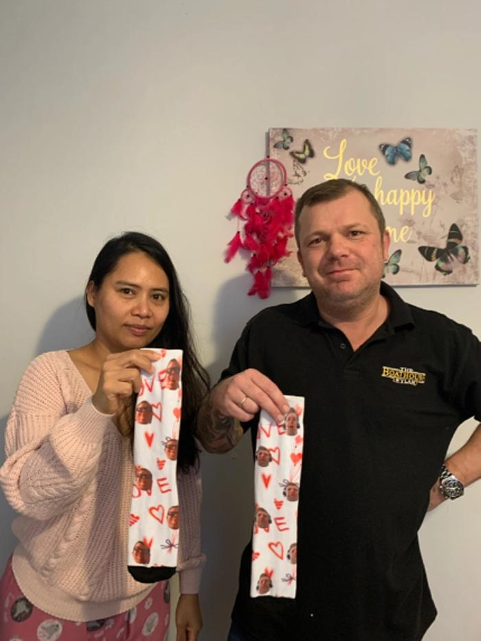 Муж подарил жене носки со своим лицом. Открыв подарок, женщина не смогла удержаться от смеха