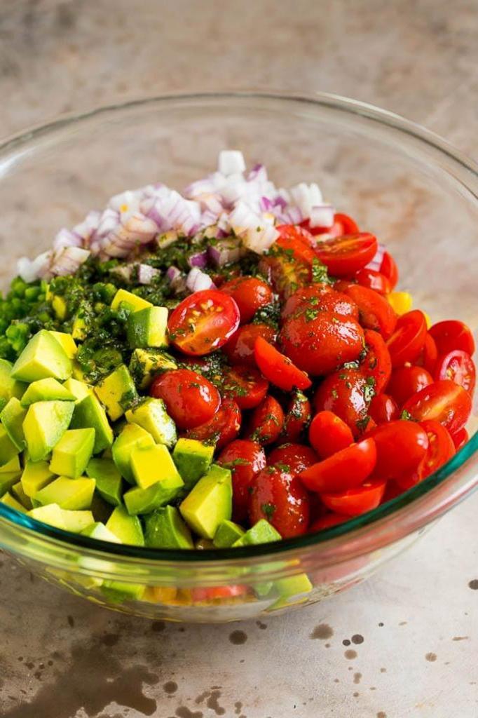 Авокадо, помидоры и кукуруза. Легкий и вкусный салат для тех, кто не хочет набрать лишний вес в праздники
