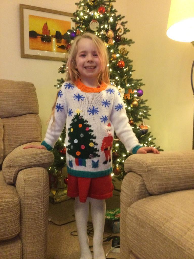 Бабушка связала свитер внучке, используя ее рисунок: получилось очень мило