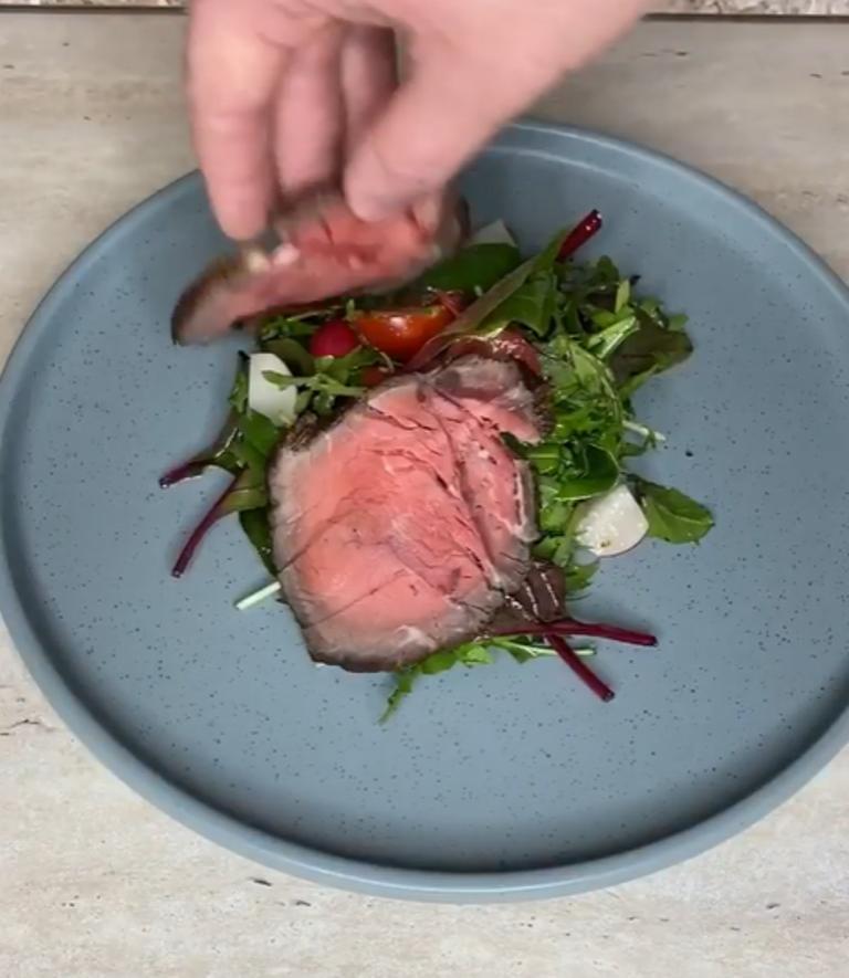 Знаю, как устроить ресторан у себя дома: готовлю отменный ростбиф и подаю с миксом салатов