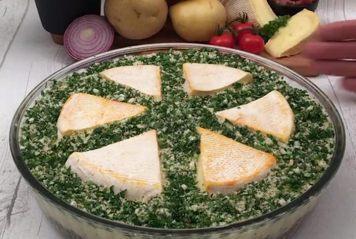 На праздничный стол поставлю свою фирменную запеканку из картофельного пюре, бекона и сыра бри: гости съедают все до последней крошки