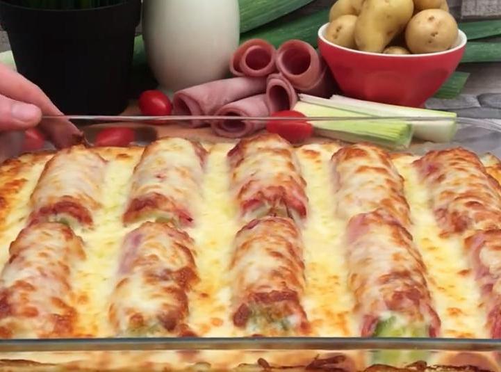 Гостей порадую необычной запеканкой: заверну лук-порей в ветчину, положу на картофельное пюре и запеку под толстым слоем сыра
