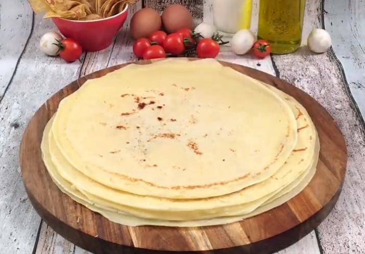 На завтрак готовлю необычную запеканку из блинов, яиц, ветчины и грибочков: получается не только вкусно, но и очень красиво