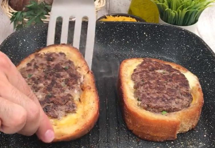 Утром нужно плотно кушать: для всей семьи готовлю сытные тосты а-ля гамбургер (внутри хлеба сочная котлетка)