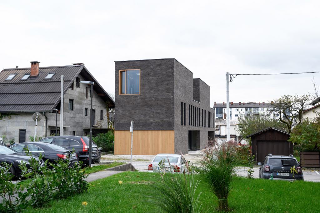 Перед архитекторами стояла непростая задача: построить дом на участке длиной 30 метров, но шириной всего шесть метров. Что у них получилось