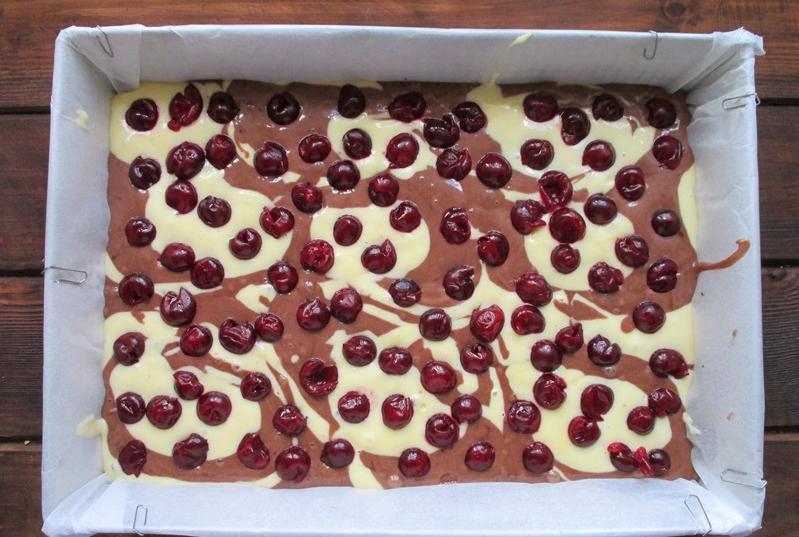 """Двухцветный пирог с вишней """"Гость на пороге"""": рецепт вкусного быстрого десерта"""