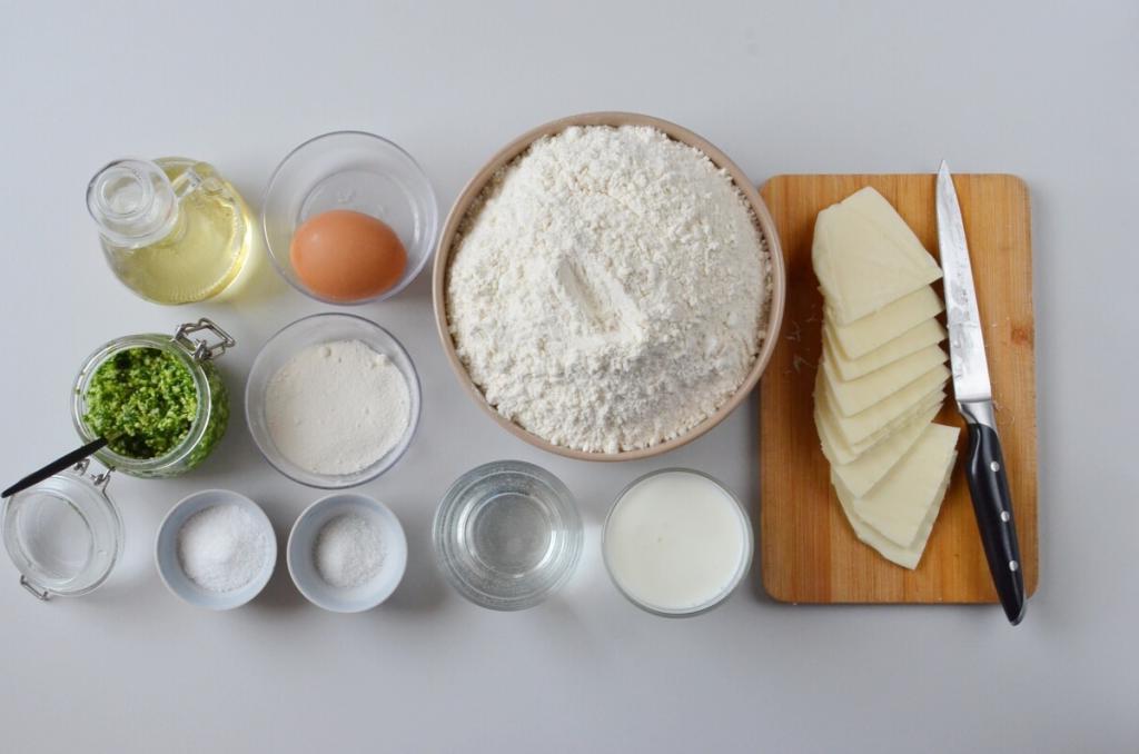 Делюсь рецептом воздушных пирожков на бездрожжевом тесте с моцареллой и песто: жарю на гриль-сковородке, чтобы еще и красиво выглядели