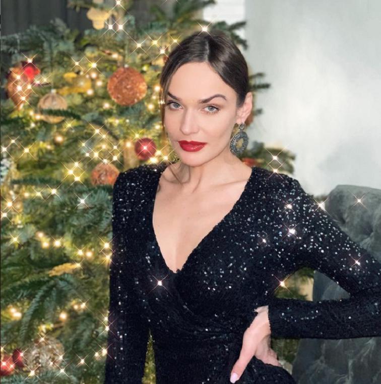 Алена Водонаева призналась, что не понимает, почему ее критикуют за худобу, и поделилась планом похудеть в новом году