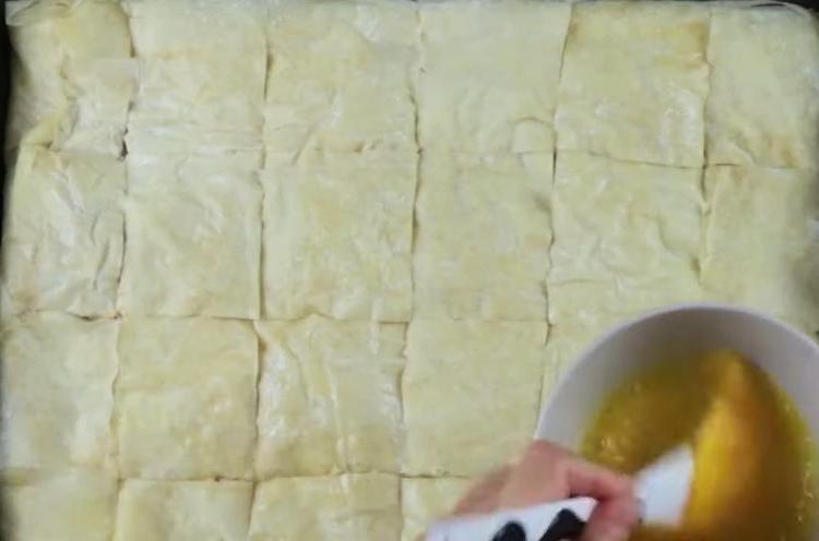 Очень вкусный и хрустящий пирог с фаршем, луком и тестом фило: по виду очень напоминает пахлаву, только для мясоедов