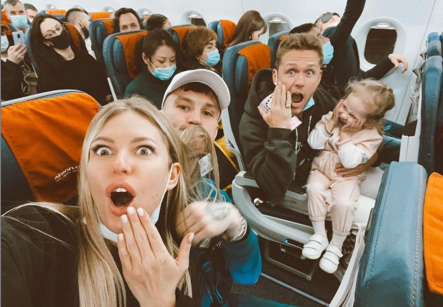 """""""Сами напросились"""": Рита Дакота рассказала, как """"запрыгнула"""" на последний самолет, чтобы встретить Новый год в столице Индонезии"""