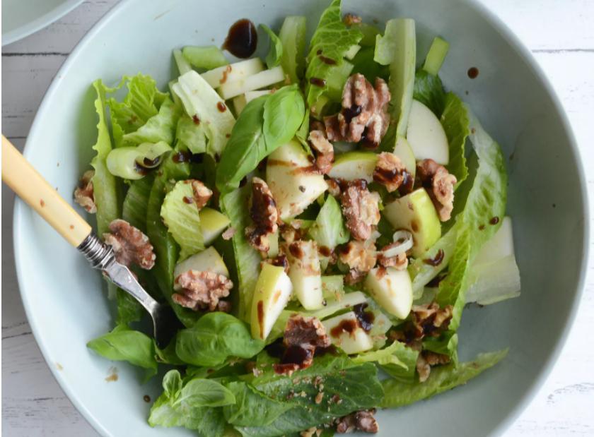 Новый год — самое время начать питаться правильно: рецепт любимого салата с яблоками и орехами