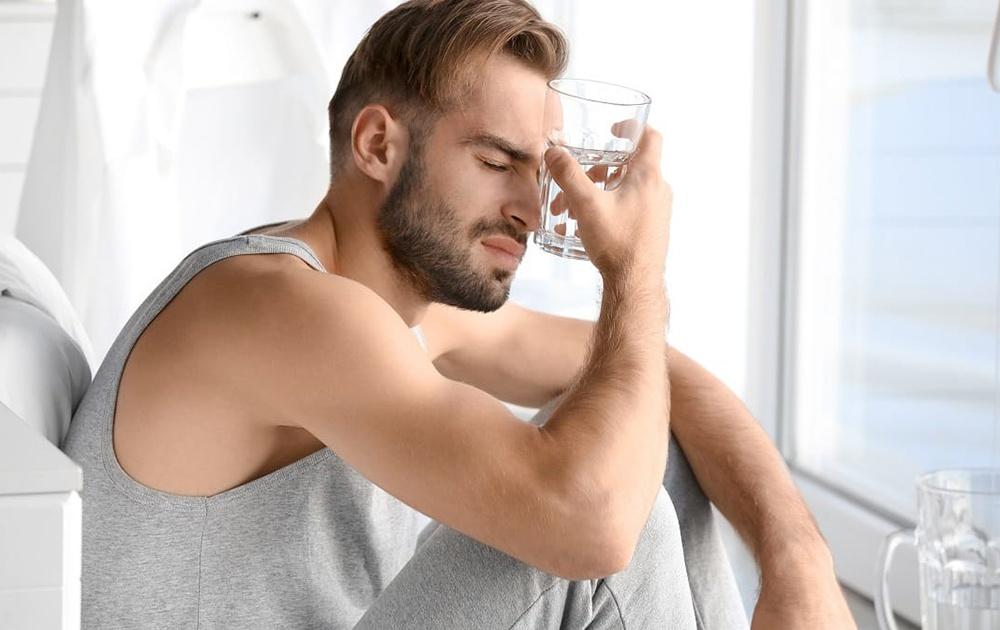 Пейте стакан воды между напитками: диетолог рассказала, как избежать похмелья в праздники