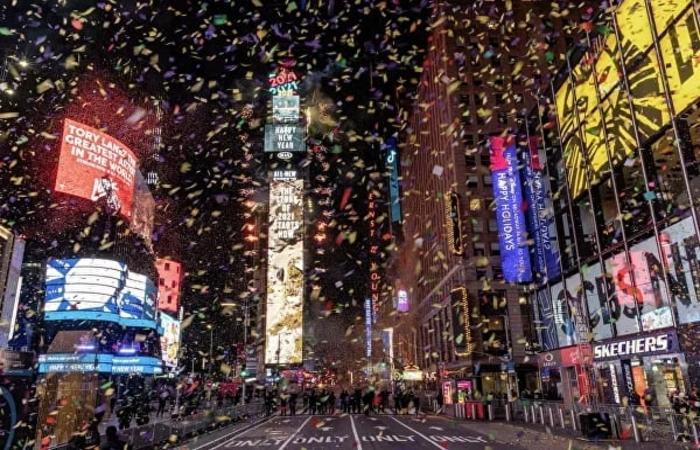 Пустые улицы Парижа и восторженные толпы Уханя: как встретили Новый год во всех уголках мира (видео)