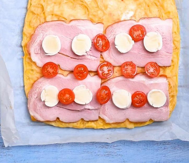 Даже здорово, если с ужина остаются макароны - готовлю из них рулет с сыром и копченым мяском (управляюсь за полчаса)