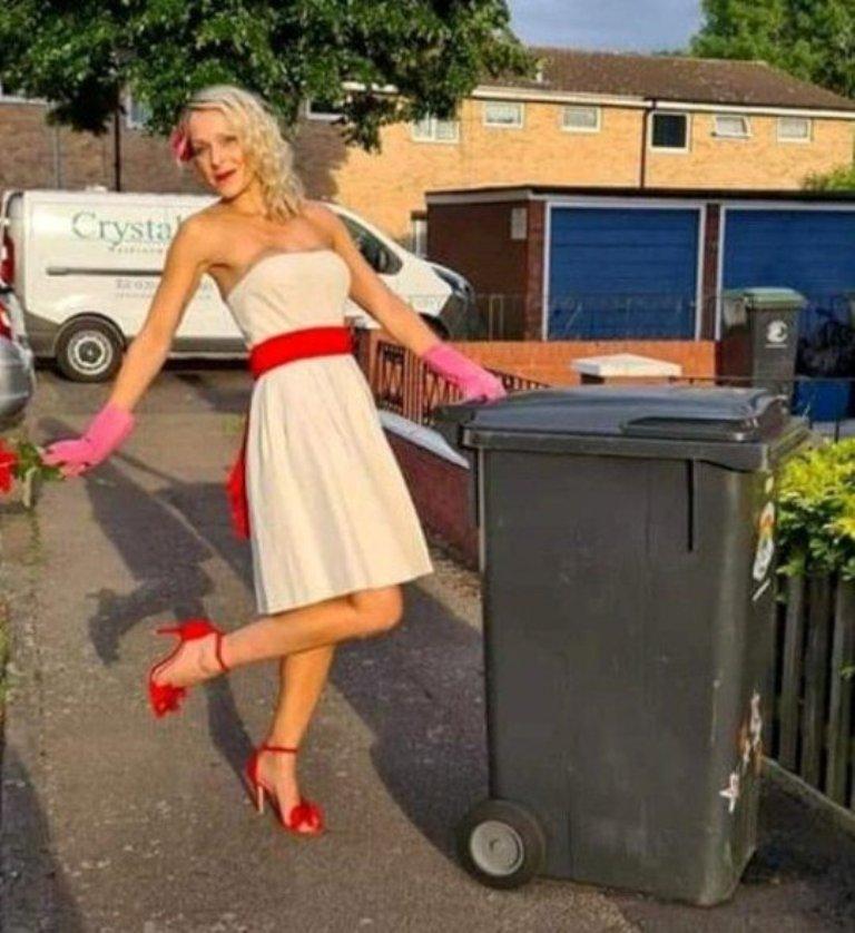 """Нарядилась будто на свидание: каждую среду женщина выносит мусор """"при полном параде"""""""