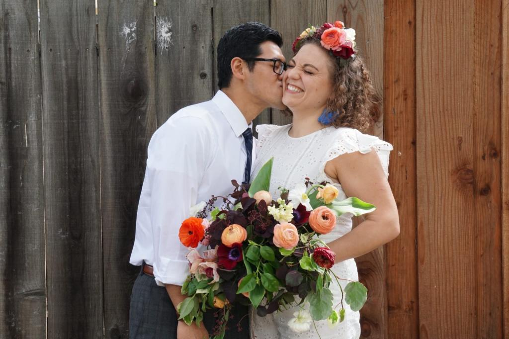 Главное, чтобы интернет не подвел: планы на традиционную свадьбу пришлось отменить, но на помощь пришли современные технологии