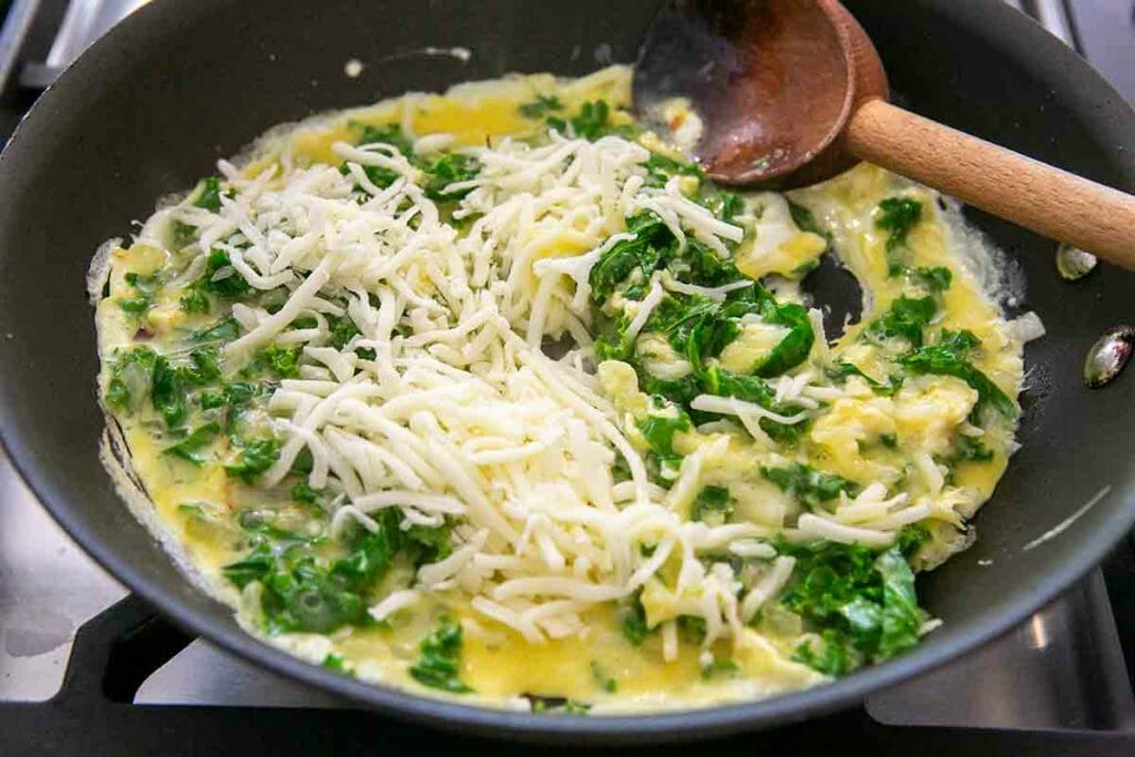 Салаты доели, пора и полезные завтраки готовить. Яичница с сыром и листовой капустой