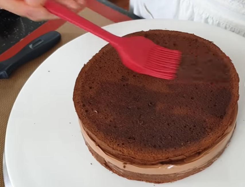Глянцевый шоколадный тортик с насыщенным вкусом и маслянистым кремом для веселых посиделок: рецепт