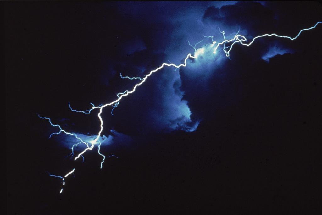 """""""Я сталкивался с ними еще в детстве"""": физик предположил, что шаровая молния формируется в пятом измерении"""