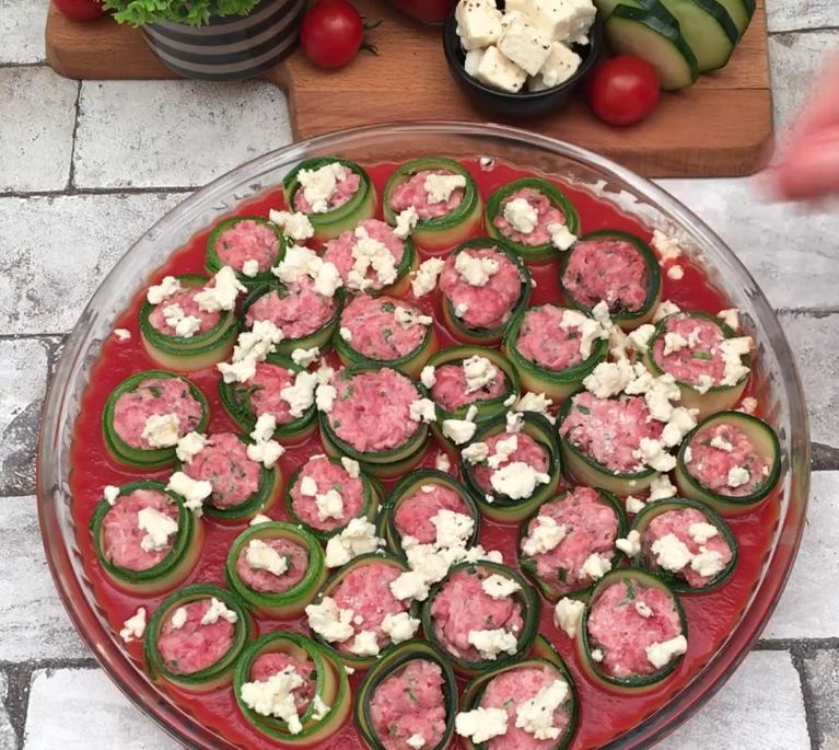 В слайсы кабачков заворачиваю фарш и запекаю в томатном соусе с фетой: всего 6 ингредиентов, и наедается вся семья