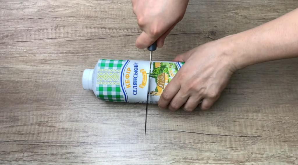Кладу на ломтик хлеба кремовую намазку: приготовила ее из бюджетного молочного продукта