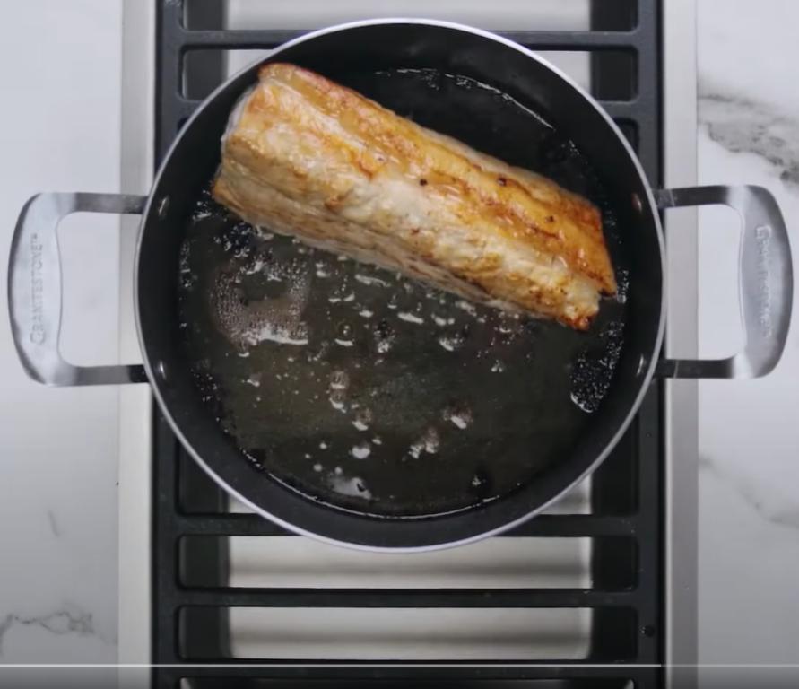 Знаю секрет идеально нежной свинины: тушу мясо в молоке - бюджетном продукте, который есть в холодильнике у каждого