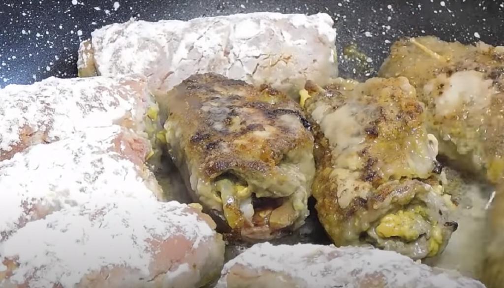 Когда гостила в Германии, попробовала роллы из говядины с беконом и маринованными огурцами. Теперь это мое любимое блюдо