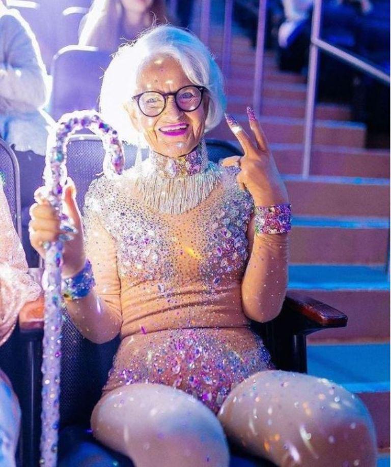 В юности вообще была бунтаркой: бабушка, известная своим молодым стилем одежды, рассказала о том, как одевалась раньше