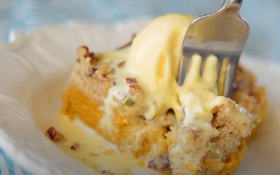 Насыпной тыквенный пирог с орехами и добавлением мороженого и пряностей для насыщенности и пикантности вкуса