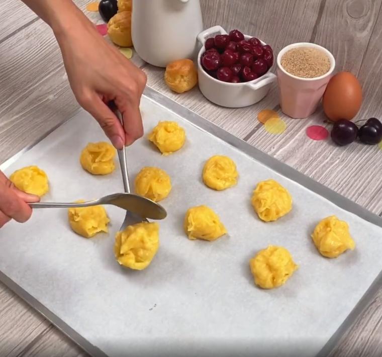"""Сладкая """"башня"""" из эклеров и вишневого соуса: отличный десерт для большой компании"""