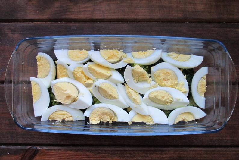 """Слоеный салат """"Витаминка"""" с брокколи и яйцом особенно хорош зимой: и о весне напомнит, и о здоровье позаботится"""