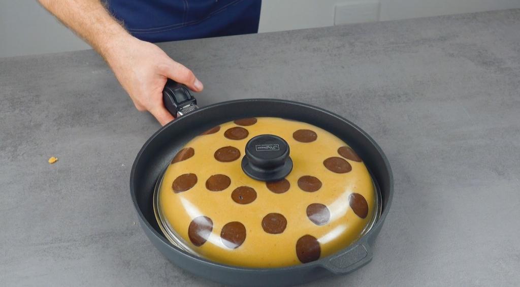 Пирог, похожий на огромное печенье с шоколадной начинкой: рецепт