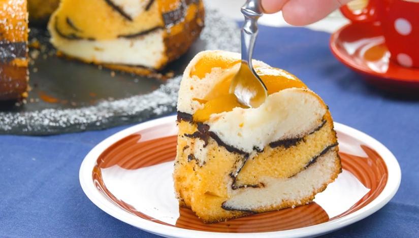 Торт с персиками и какао получается очень красивым в разрезе