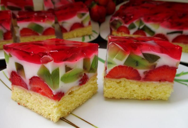 """Торт """"Ягодная мозаика"""" такой яркий и красивый, что даже жалко его есть: рецепт"""