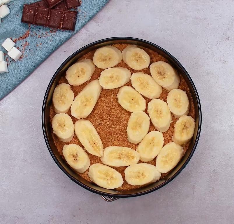 Очень вкусный трёхслойный тортик с бананом и шоколадной крошкой: рецепт
