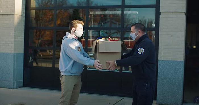 Учитель печатал на 3D-принтерах маски, и компания Mazda приготовила ему неожиданный подарок